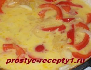 заливаем в сковородку яичную массу