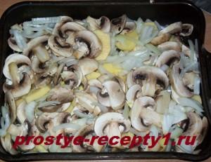 укладываем в форму нарезанные картофель, грибы и лук