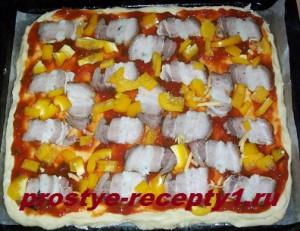 тонкое тесто для пиццы смазываем кетчупом, кладем грудинку и перец