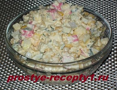 Салат с крабовыми палочками, кукурузой и яблоком