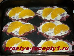 кладем на мясо кусочки апельсина