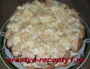 посыпаем торт Пани Валевска миндальными лепестками для украшения