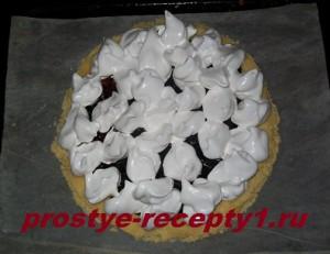 ложкой наносим белковую массу на торт