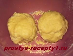 делим тесто на 2 части и раскатываем в коржи