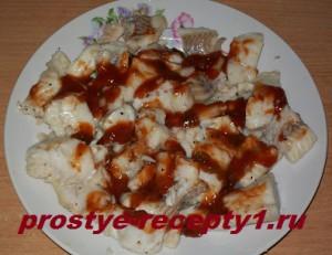 Смазываем филе минтая томатным соусом