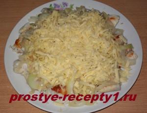 Натертым сыром посыпаем блюдо сверху
