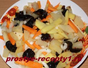 Нарезанные овощи, ананас и чернослив посолить, выжать лимон,всё перемешать
