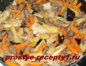 Добавить смесь овощей и чернослива с ананасом к сердечкам