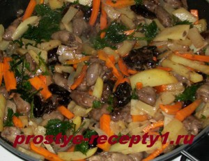 Через 10 минут добавить зелень, выключить плиту, накрыть и дать настояться блюду