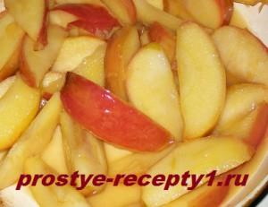 В масле с коричневым сахаром на сковороде карамелизуем яблоки 10 минут