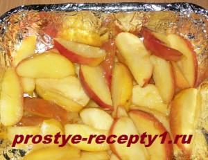Карамелизованные яблоки выкладываем в выстеленную фольгой форму