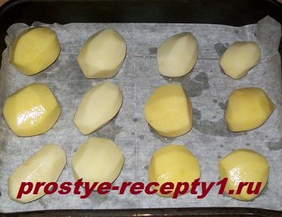 Очищенные клубни картошки смазываем маслом с солью