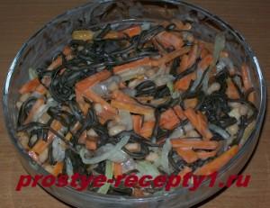 Салат из морской капусты с морковью готов