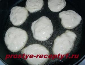 Выкладываем оладушки в кипящее масло