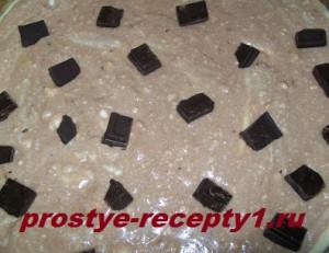 Кладем слой светлого теста, затем темного, раскладываем шоколад
