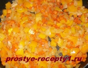 Лук, морковь и болгарский перец режем кубиками и обжариваем