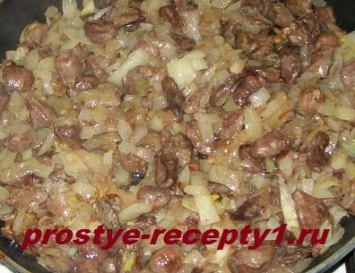 В отдельной сковороде обжариваем лук и добавляем к потрошкам