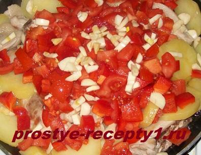 Добавляем нарезанные помидоры, перец, чеснок, специи
