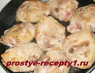 Обжариваем курицу в сухой сковороде 15-20 минут