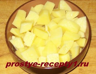 Картошку нарезаем кубиками и кладем к уже готовой курице в бульон