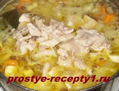 Курятину отделяем от костей, нарезаем и возвращаем в суп