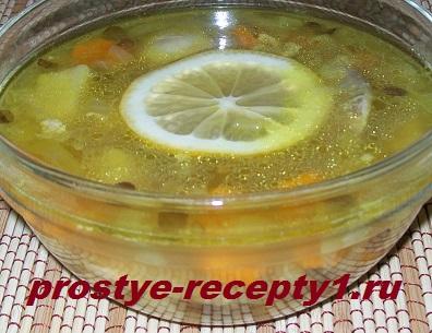 Суп из чечевицы с курицей готов! Подаем с кружком лимона