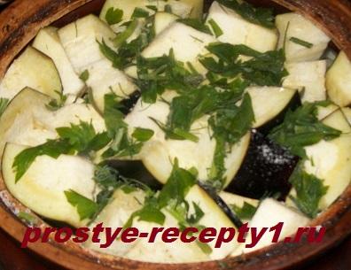 Баклажаны режем крупно, солим, посыпаем зеленью