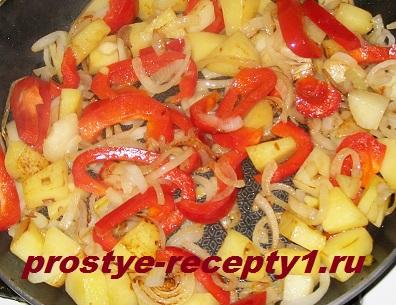 Добавляем болгарский перец и обжариваем еще 3 минуты