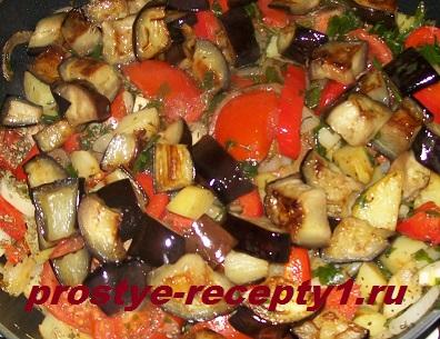 Выкладываем баклажаны и тушим все вместе до готовности картофеля