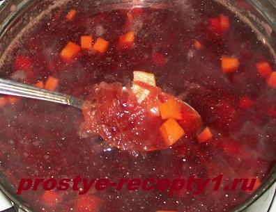 Картошку с морковью режем кубиками и отправляем в кастрюлю