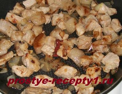 Мясо с луком обжариваем до готовности и кладем в кастрюлю