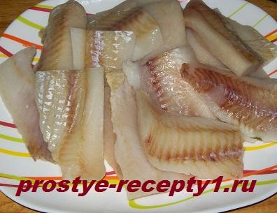 Филе рыбы нарезать на куски