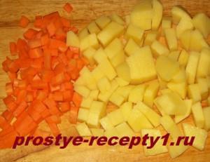 Режем кубиками морковь и картофель