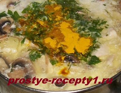 Добавляем в суп зелень и куркуму, доводим до кипения