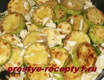 Добавляем сметану, чеснок, зелень, соль, перемешиваем с кабачками