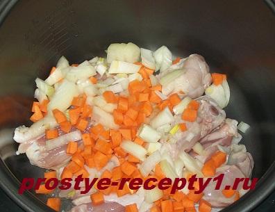 Курицу, лук и морковь обжариваем в мультиварке 15 минут