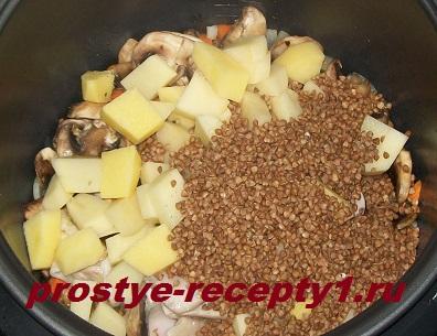 Добавляем картофель, гречку и грибы, заливаем водой