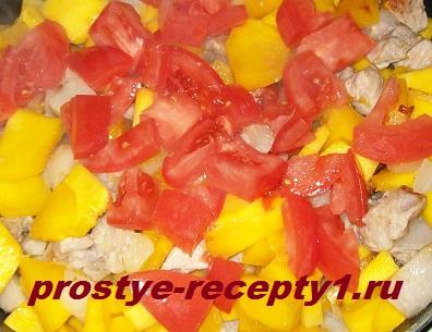 Добавляем измельченный помидор