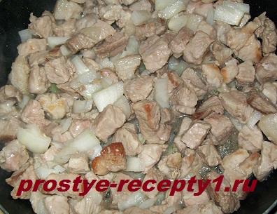 Для фарша обжариваем в сковороде мясо с луком