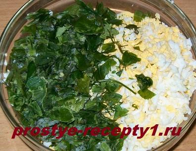 Смешиваем яйца, зелень и масло