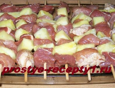 Кладем шпажки с мясом на бортики жаропрочной формы