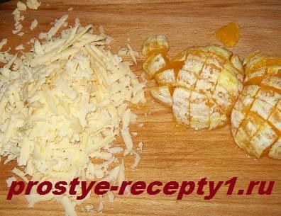 Трем сыр на терке и кубиками режем апельсин