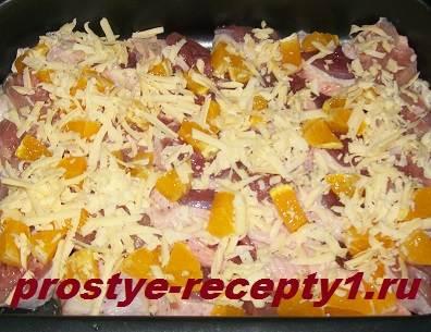 Филе утки солим, перчим, посыпаем сверху апельсином и сыром