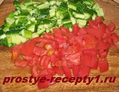 Режем помидор и огурцы