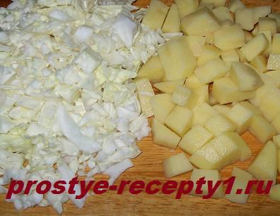 Кладем в бульон капусту с картошкой