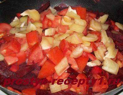 Добавляем в сковороду помидоры, перец и лимонный сок