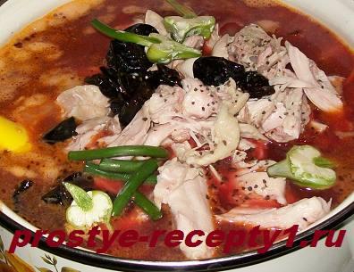 Кладем в кастрюлю тушеные овощи, мясо, чернослив, молотый перец и чеснок