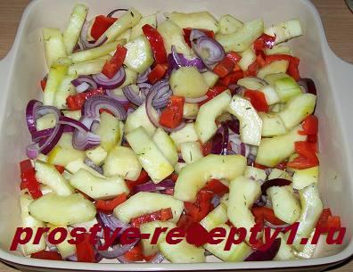 Овощи нарезаем, солим, перекладываем в форму для запекания