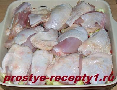 Поверх овощей кладем кусочки курицы