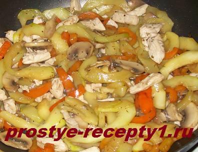 Овощное рагу с кабачками и курицей готово!